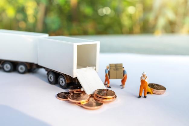 Gente en miniatura: trabajador cargando caja y monedas al camión contenedor. envío y concepto de servicio de entrega en línea.