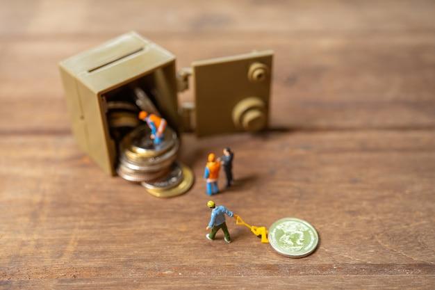 Gente en miniatura trabajador de la construcción reparación de llaves de seguridad