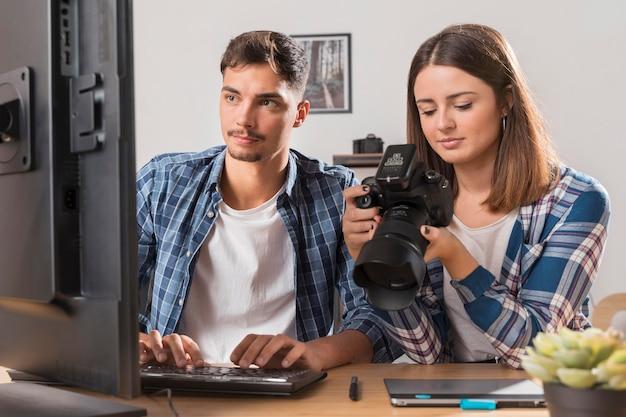 Gente mirando juntos fotos en cámara