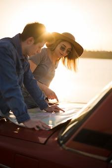 Gente navegando con mapa en un road trip