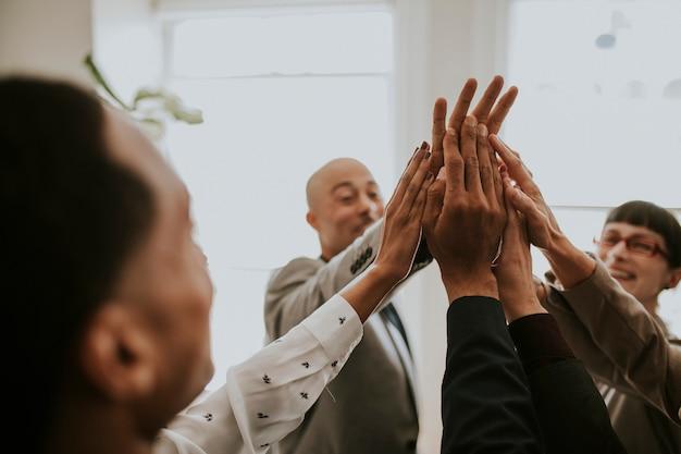 Gente de negocios alegre haciendo un alto cinco