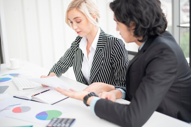 La gente de negocios está analizando el informe financiero