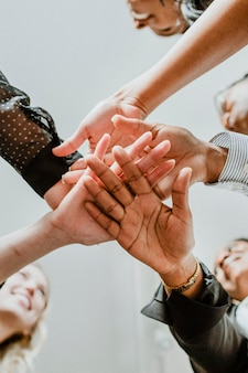 Gente de negocios apilando las manos en el medio