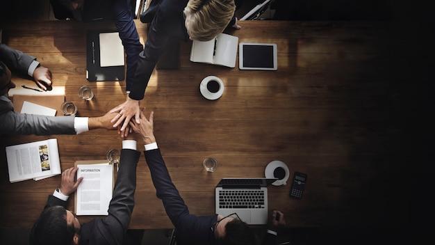 Gente de negocios apilando sus manos