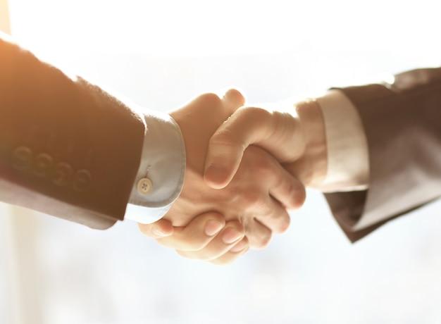La gente de negocios un apretón de manos para terminar la reunión