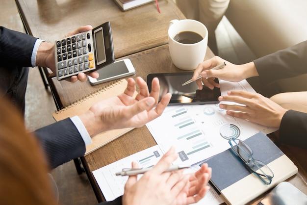 Gente de negocios calculando