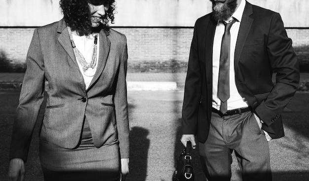 Gente de negocios caminando juntos en la ciudad