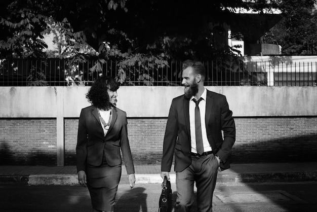 Gente de negocios caminando juntos en la ciudad.