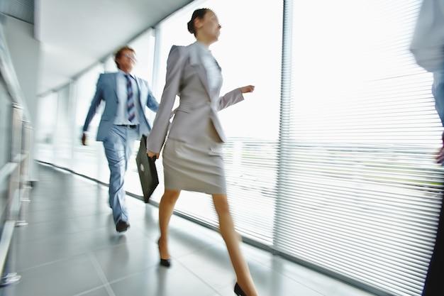 Gente de negocios caminando por el pasillo