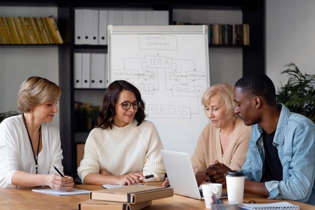 Gente de negocios charlando plano medio