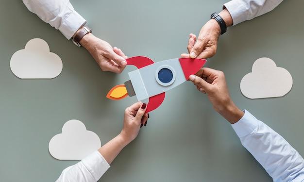 Gente de negocios con cohete de inicio
