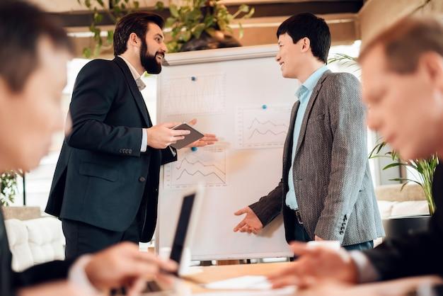La gente de negocios se comunica en un tema de trabajo.