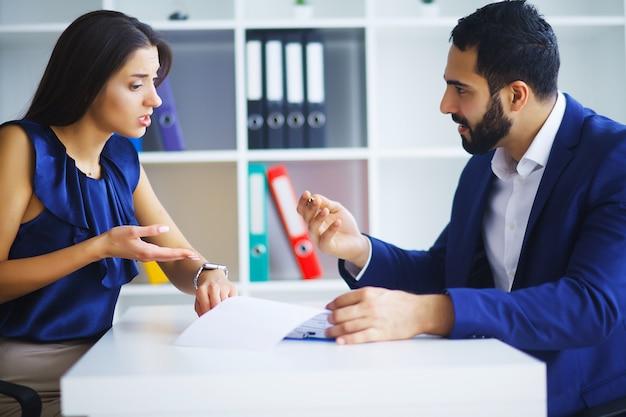 Gente de negocios conflicto problema de trabajo, jefe enfadado discute gritar a colega empresarios y mujeres argumento serio emoción negativa discutiendo informe reunión