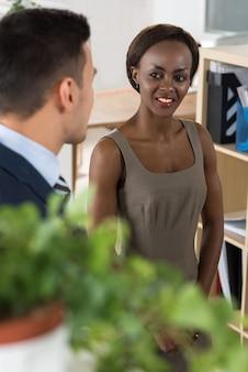 Gente de negocios conversando en la oficina