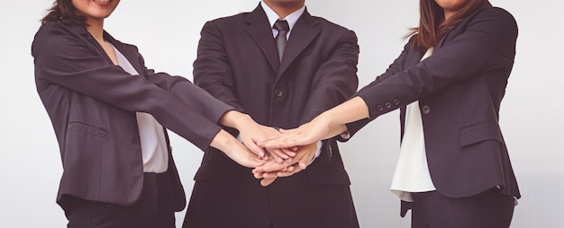 La gente de negocios coordina las manos. concepto de trabajo en equipo