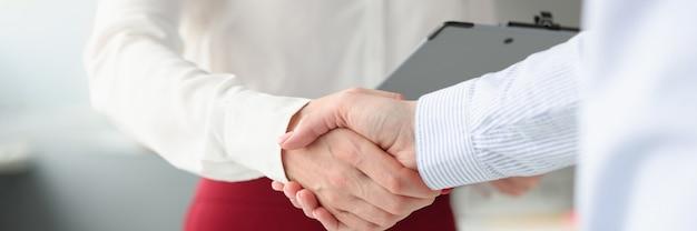 La gente de negocios se dan la mano en acuerdos comerciales de apretón de manos y firma de contratos