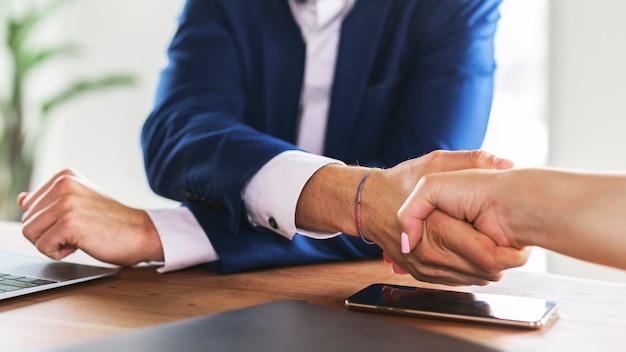 Gente de negocios dándose la mano de acuerdo