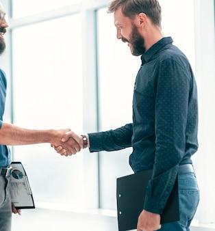 Gente de negocios dándose la mano antes de iniciar una reunión de negocios. concepto de cooperación
