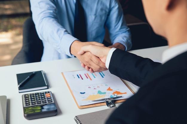 Gente de negocios dándose la mano, apretón de manos en la oficina