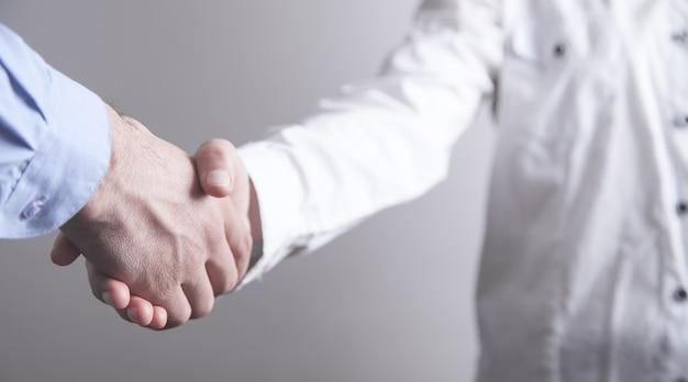 Gente de negocios dándose la mano. compañero de negocios. concepto de trato