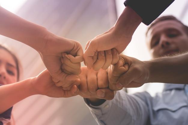 Gente de negocios dándose la mano. concepto de negocio y oficina.