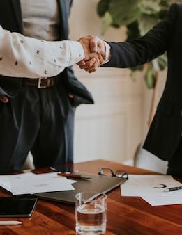 Gente de negocios dándose la mano en la oficina