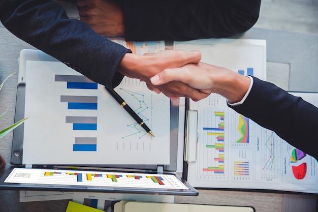 Gente de negocios dándose la mano, socio terminando una reunión.