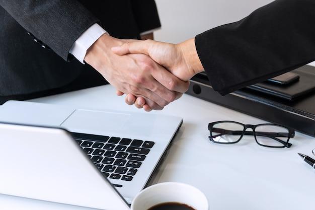 Gente de negocios dándose la mano, terminando un concepto de reunión, negocio y oficina
