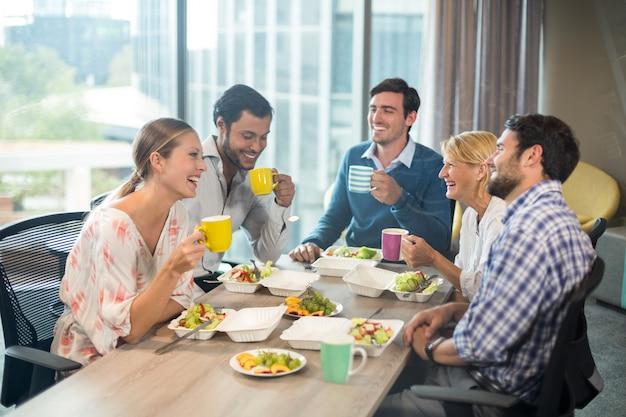 Gente de negocios desayunando