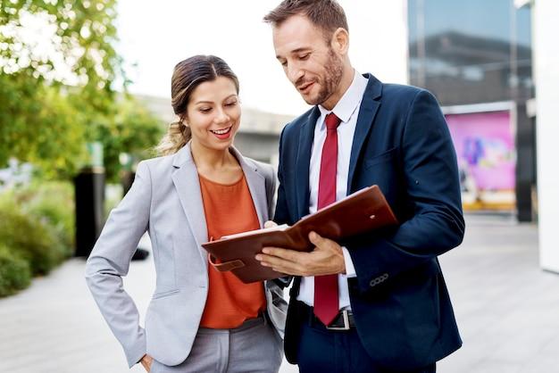 Gente de negocios discusión concepto de unidad de comunicación