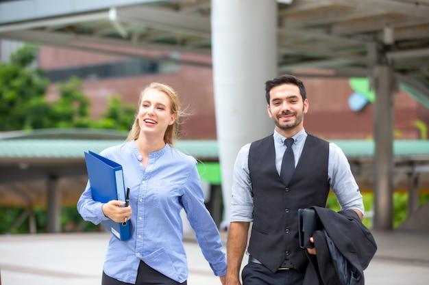 La gente de negocios discute y camina en la calle