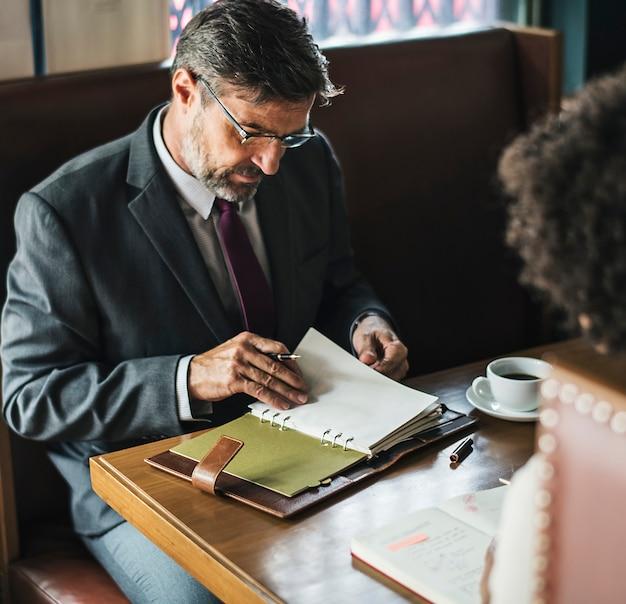 Gente de negocios discutiendo en el café