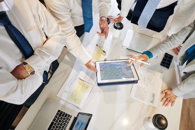 Gente de negocios discutiendo el plan de marketing y la estrategia de trabajo después de la crisis pandémica