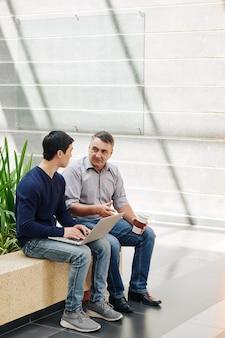 Gente de negocios discutiendo proyecto