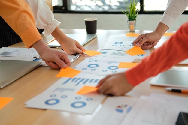 Gente de negocios discutiendo sobre ingresos por desempeño en reunión