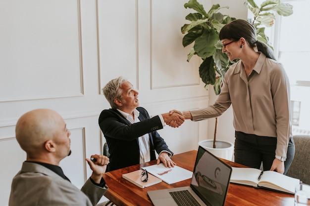 Gente de negocios diversa feliz haciendo un trato
