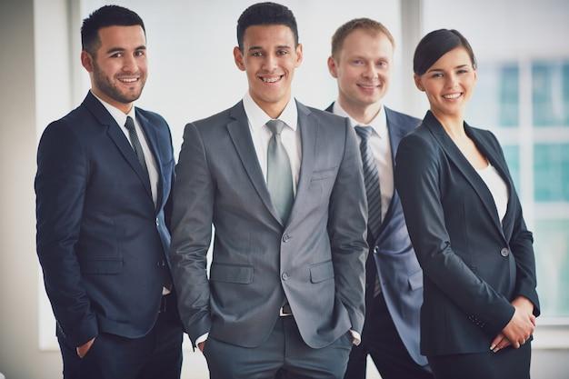Gente de negocios elegante en la oficina