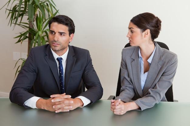 Gente de negocios enfocada negociando