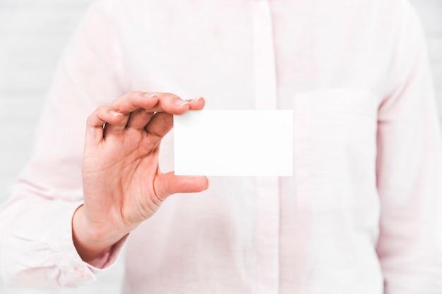 Gente de negocios enseñando una tarjeta de visita en blanco