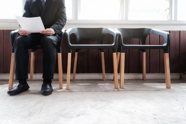 Gente de negocios a la espera de una entrevista de trabajo.