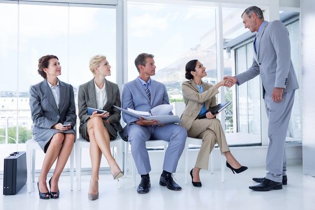 Gente de negocios esperando ser llamada a la entrevista