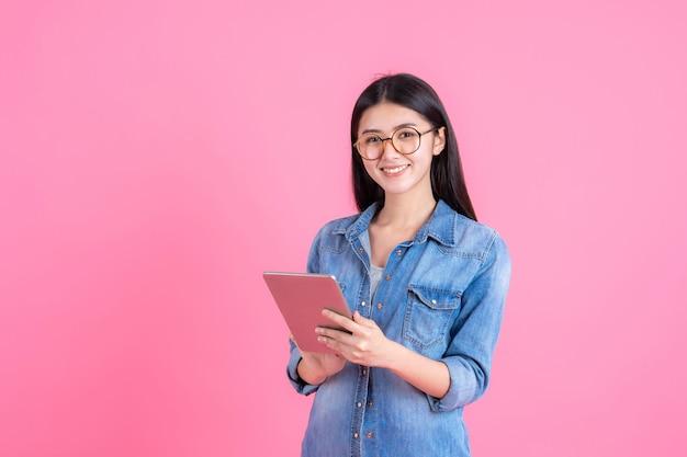 Gente de negocios de estilo de vida hermosa mujer linda chica sosteniendo una tableta de teléfono inteligente en rosa