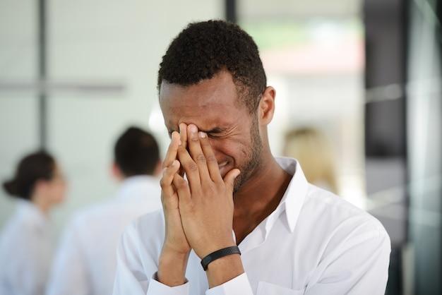 Gente de negocios con estrés y preocupaciones en la oficina