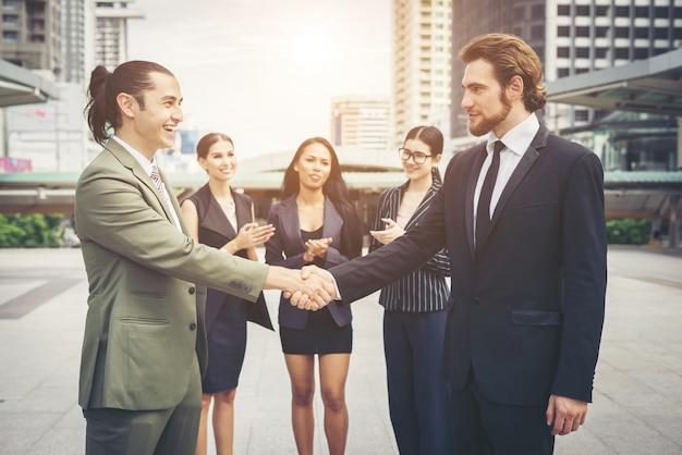Gente de negocios feliz apretón de manos. éxito en el negocio.