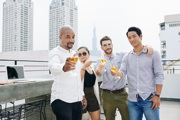 Gente de negocios feliz bebiendo champaña