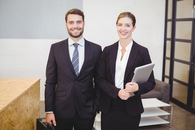 Gente de negocios feliz de pie por mostrador