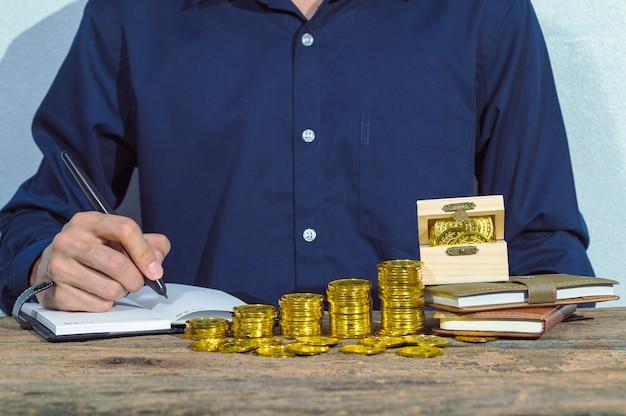 La gente de negocios gana dinero en trabajos de contabilidad y prosperan en las finanzas