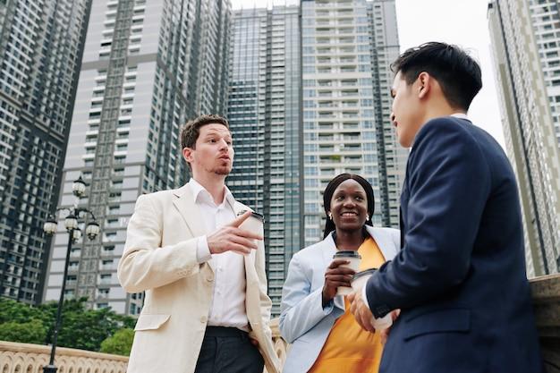 Gente de negocios hablando al aire libre