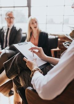 Gente de negocios hablando en una consulta