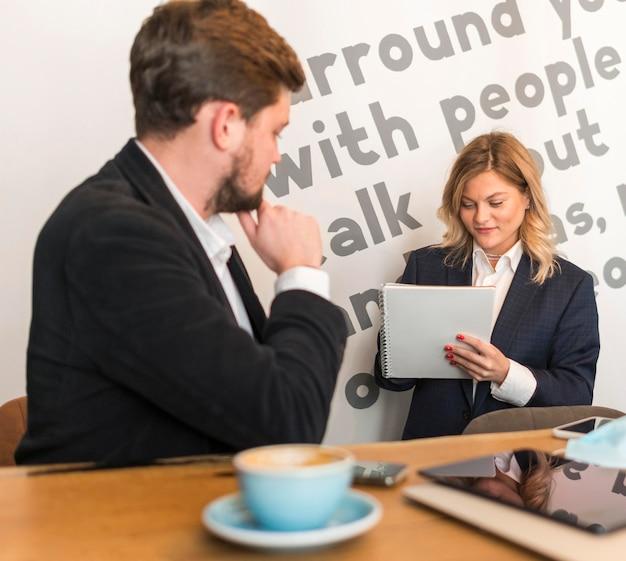 Gente de negocios hablando de un nuevo proyecto.